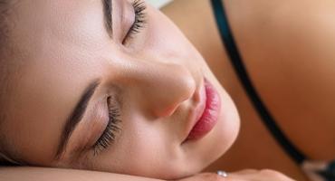 Frau schläft ein bei ASMR Einschlafen
