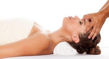 Frau genießt ASMR Massage